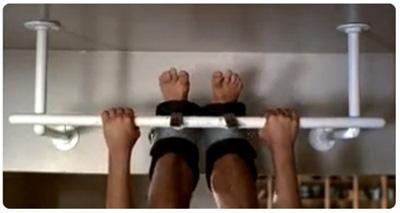 Ричард Гир в инверсионных ботинках